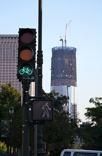 A green bike indicates its ok to proceed on the Manhattan Waterfront Greenway.